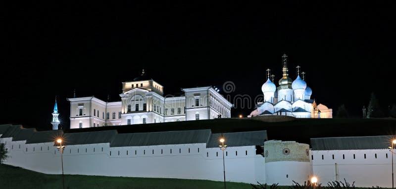 Les murs de Kazan Kremlin la nuit images stock