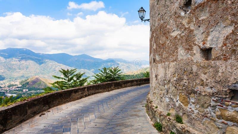Les murs de Lauria se retranchent en Castiglione di Sicili photo stock