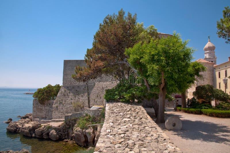 Les murs en pierre de fort du grand dos et du Frankopan se retranchent chez Krk photo stock