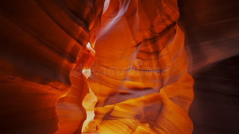 Les murs en pierre rouges du canyon supérieur d'antilope en Arizona images libres de droits