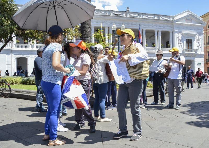 Les musiciens de rue exécutent devant le palais de Carondelet au centre historique de Quito photographie stock libre de droits