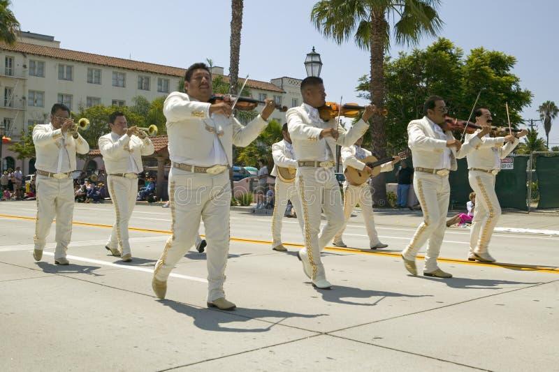 Les musiciens mexicains pendant la journée 'portes ouvertes' défilent en bas de State Street, Santa Barbara, vieille fiesta espag images stock