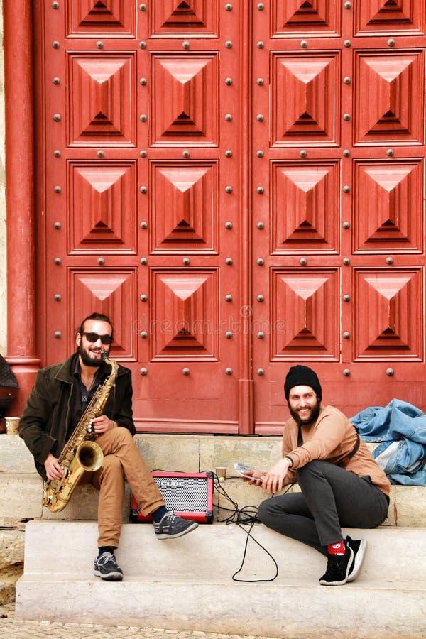 Les musiciens se reposant à la porte de Convento font Carmo à Lisbonne photographie stock
