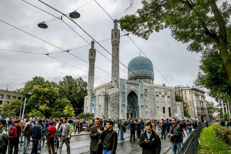 Les musulmans célèbrent Eid al-Fitr près de la mosquée centrale dans l'animal familier de St image stock