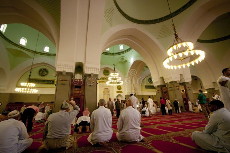 Les musulmans prient Masjid intérieur Quba photographie stock libre de droits
