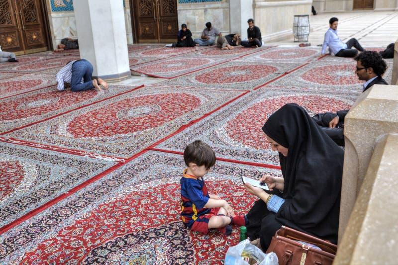 Les musulmans se reposent et prient dans la cour de la mosquée, Chiraz, Iran image libre de droits