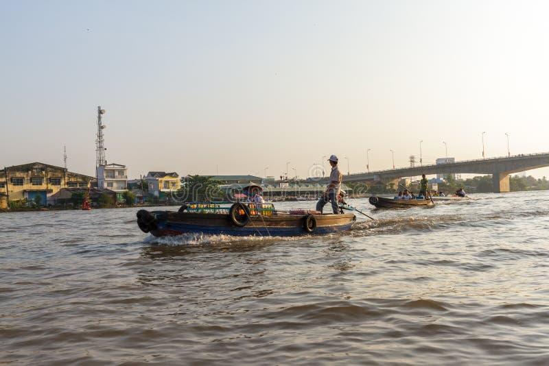 Les négociants et touristes sur le Mekong près du floatin de Cai Rang images stock