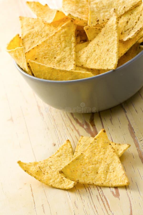 Les nachos ébrèche dedans la cuvette photo stock