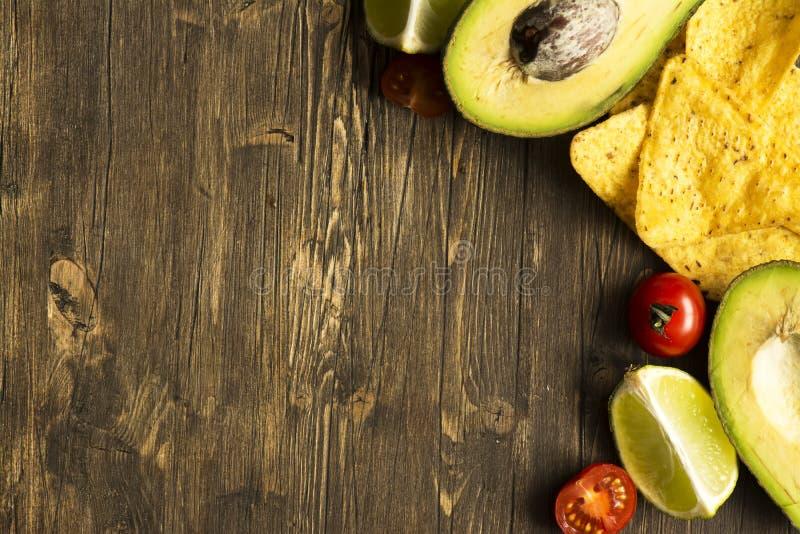 Les Nachos et le guacamole de puces de tortilla de maïs sauce des ingrédients photo libre de droits