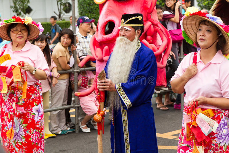 Les noceurs costumés marchent avec des flotteurs dans le défilé rêveur annuel o images libres de droits