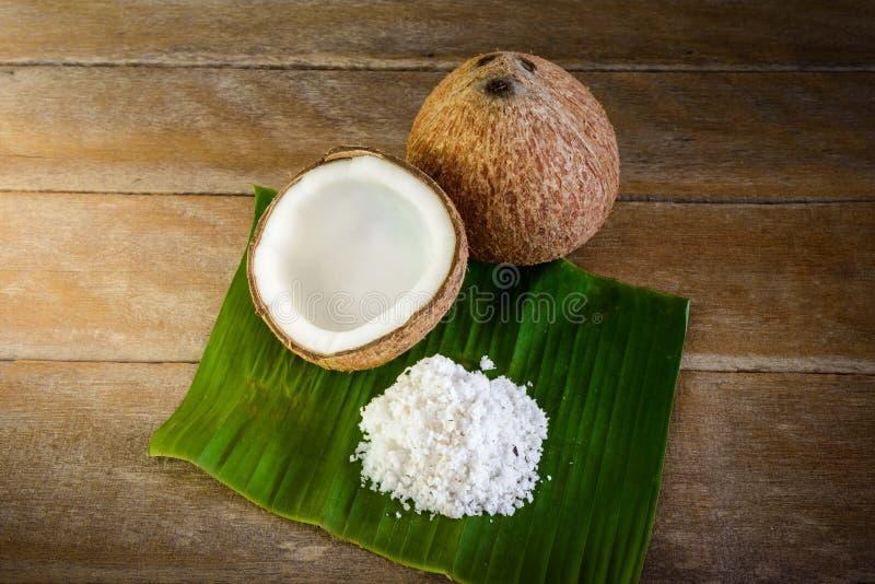 Les noix de coco et la noix de coco s'écaille sur la feuille de banane image libre de droits