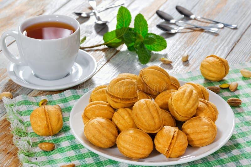 Les noix forment les biscuits faits maison doux avec du lait condensé f de bonbon images libres de droits
