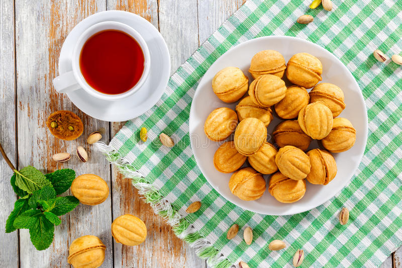 Les noix forment les biscuits faits maison doux avec du lait condensé f de bonbon photos stock