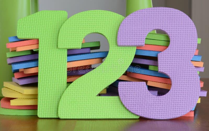 Les nombres colorés 1, 2, 3, dans une rangée de mousse joue images stock