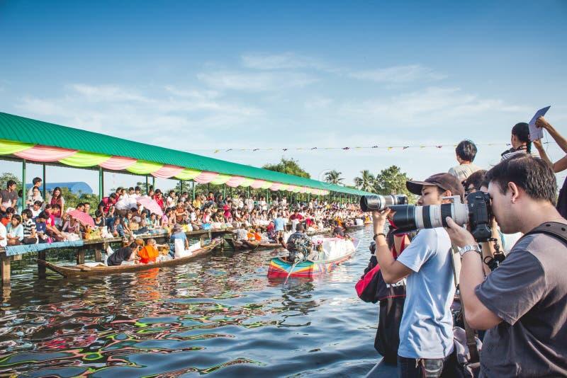 Les nombreux photographe ont le voyage en le bateau à Bangkok Thaïlande photo libre de droits