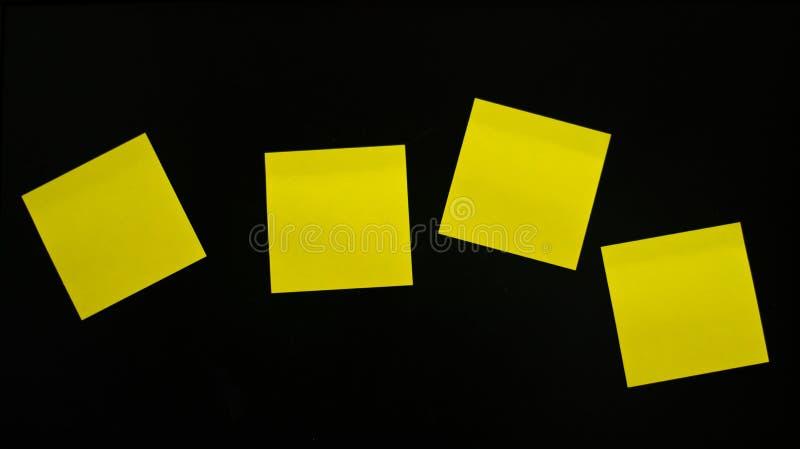 Les notes de papier sur un fond noir. photographie stock libre de droits