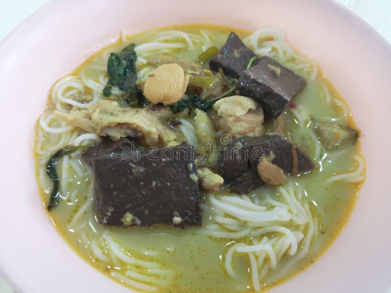 Les nouilles de riz chez le poulet vert de cari sont épicées mais très savoureuses image libre de droits
