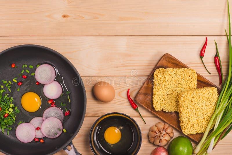Les nouilles instantanées pour faire cuire et mangent dans le plat avec les oeufs et le VE image libre de droits