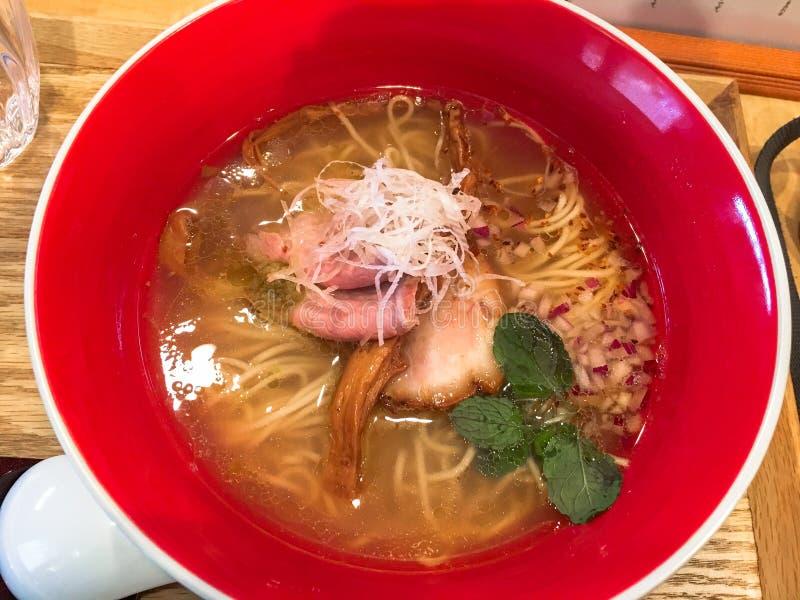 Les nouilles japonaises complétant avec Chashu ou porc, oignons et oignons blancs de ébullition en soupe claire ont servi dans un images stock