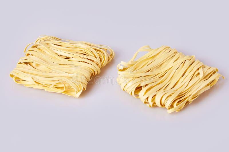 Les nouilles roulées épaisses sèches ajustent la forme Capelli D'Angelo, les cheveux de l'ange - pâtes photo libre de droits