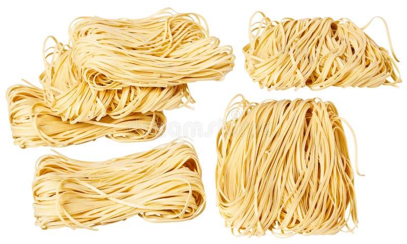 Les nouilles roulées minces sèches ajustent la forme Capelli D'Angelo, les cheveux de l'ange - pâtes photos stock