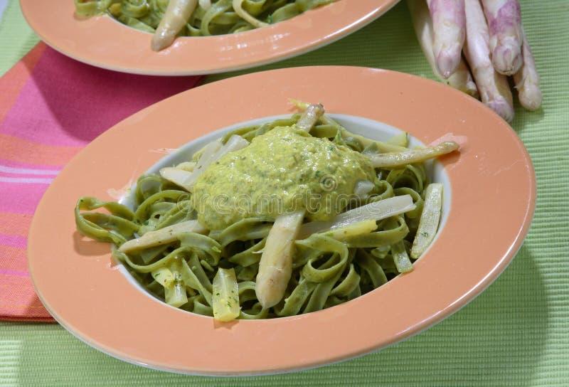 les nouilles vertes d'asperge sauce le blanc photos stock