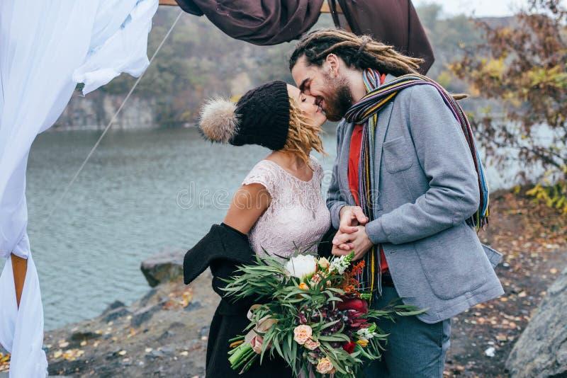 Les nouveaux mariés attirants de couples rient et sourient moment heureux et joyeux Cérémonie de mariage d'automne dehors Jeune m image stock