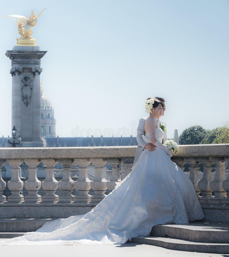 Les nouveaux mariés Pont Alexandre III images libres de droits