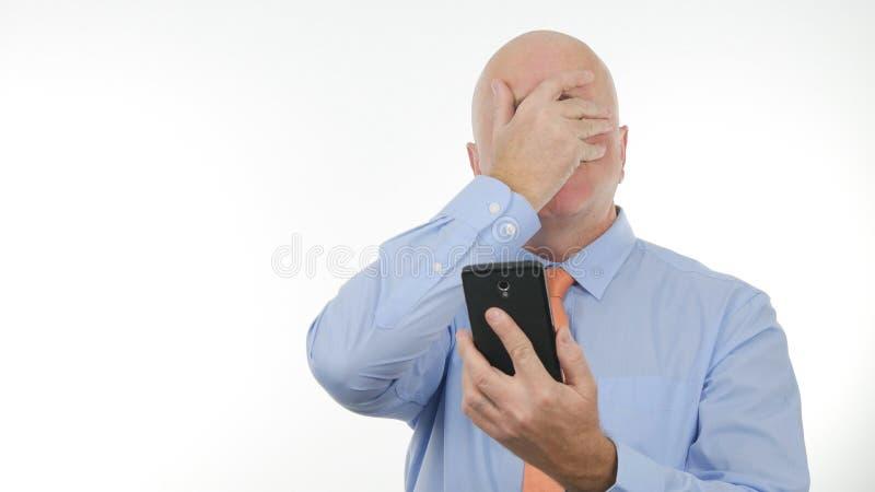 Les nouvelles déçues de Reading Cellphone Bad d'homme d'affaires font des gestes de main nerveux photos stock