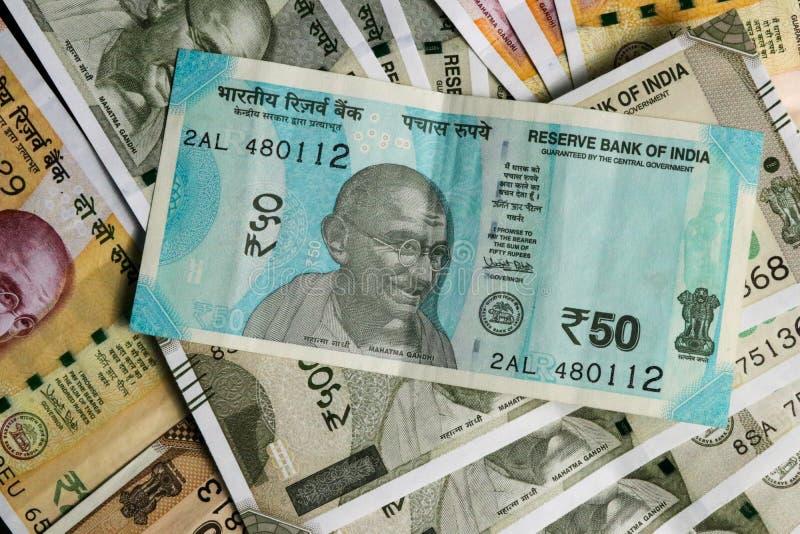 Les nouvelles 50, 200 et 500 roupies indiennes de devise, notent comme fond photographie stock libre de droits