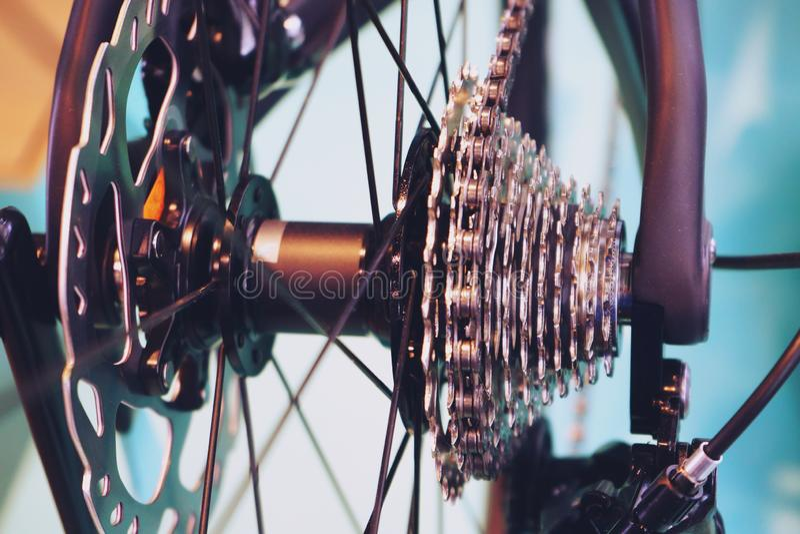 Les nouvelles pièces de bicyclette, changement de vitesse à chaînes, transmission, embraye la cassette, fin de fond  image stock