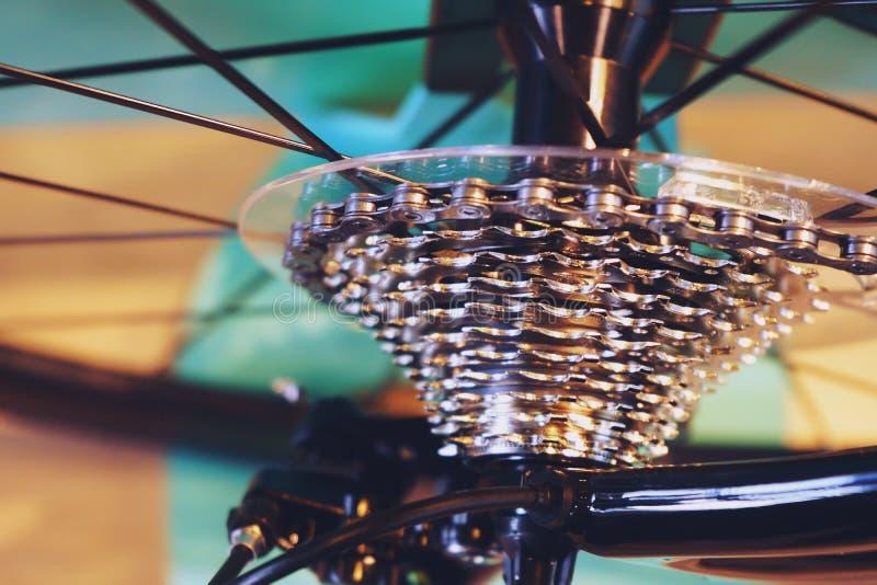 Les nouvelles pièces de bicyclette, changement de vitesse à chaînes, transmission, embraye la cassette, fin de fond  photos stock