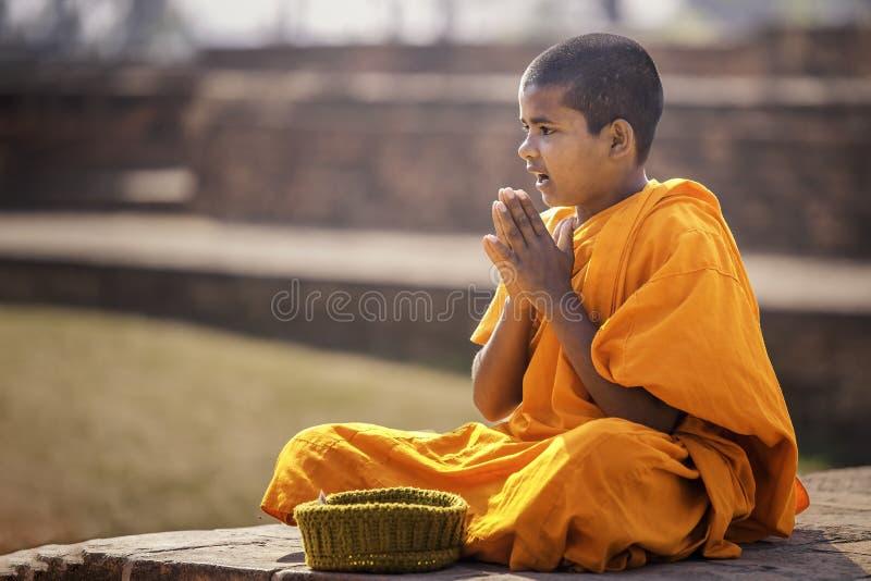 Les novices indiens s'asseyent et prient image stock