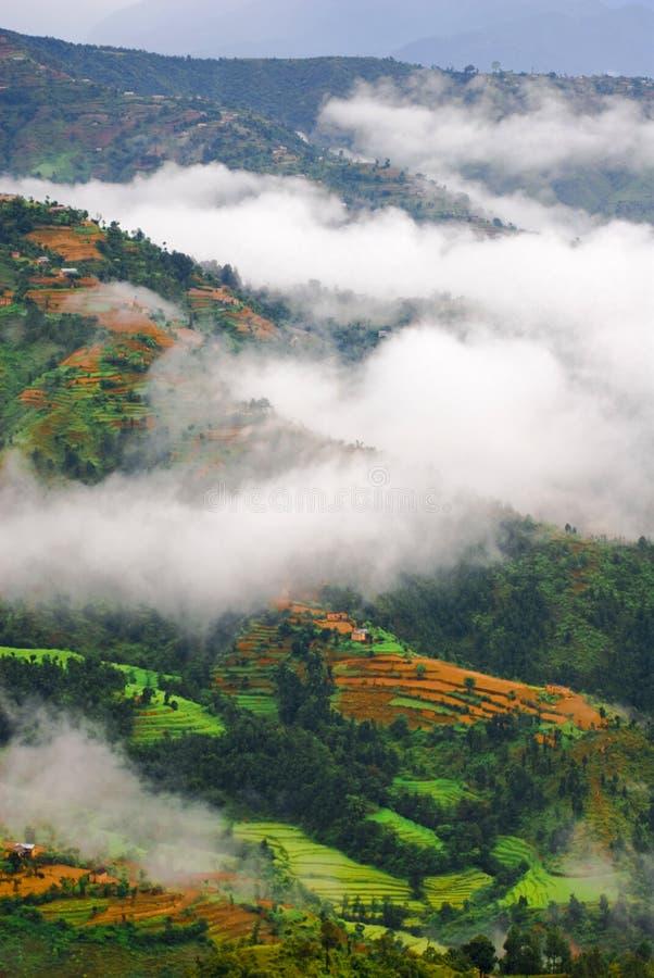 les nuages aménagent en parc au-dessus du Tibétain images stock