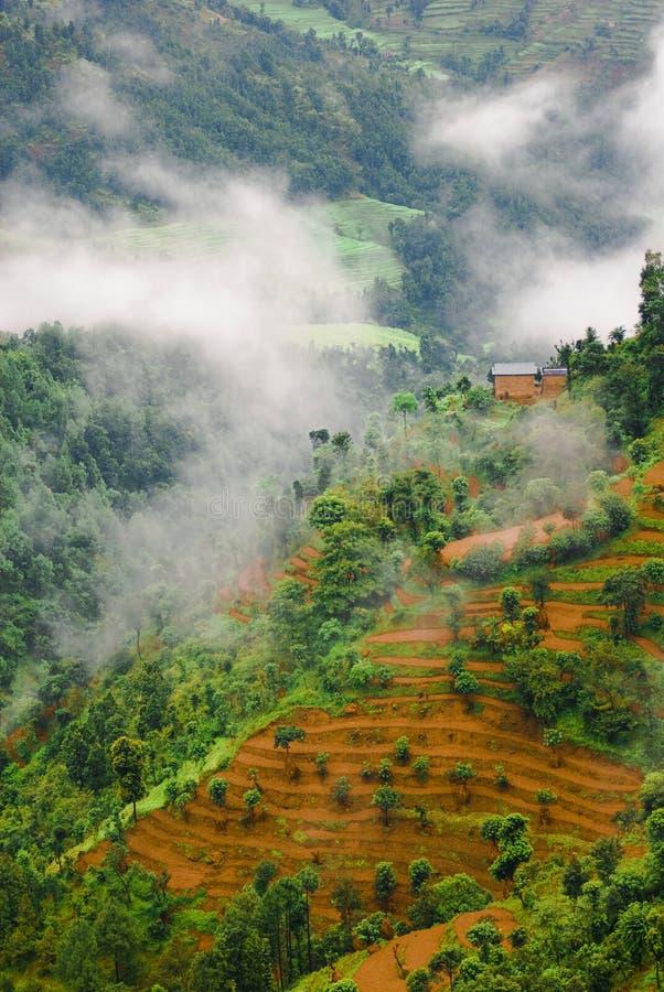les nuages aménagent en parc au-dessus du Tibétain image libre de droits