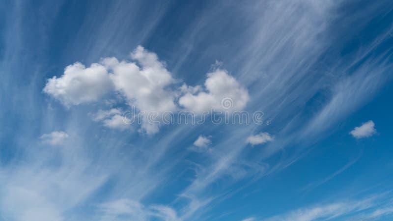 Les nuages blancs flottent dans le ciel au-dessus de la côte photographie stock