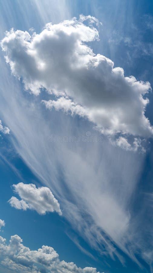 Les nuages blancs flottent dans le ciel au-dessus de la côte image stock