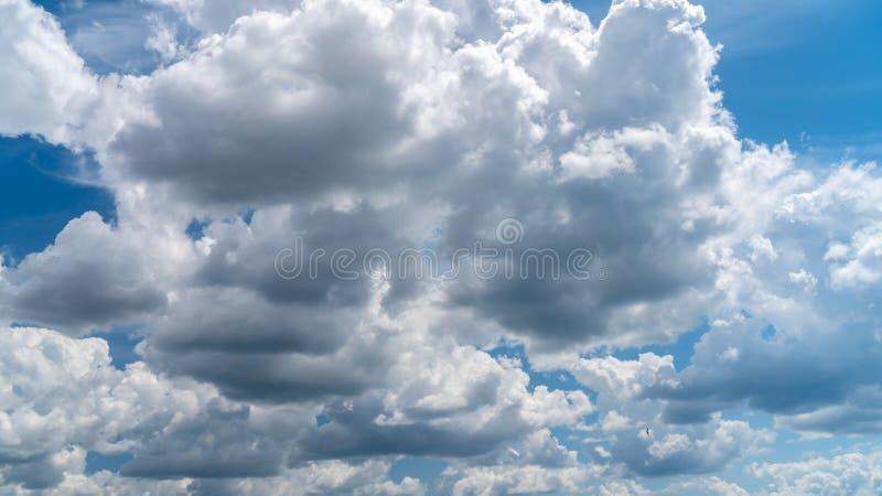 Les nuages blancs flottent dans le ciel au-dessus de la côte images stock