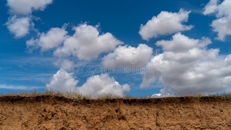 Les nuages blancs flottent dans le ciel au-dessus de la côte photo libre de droits