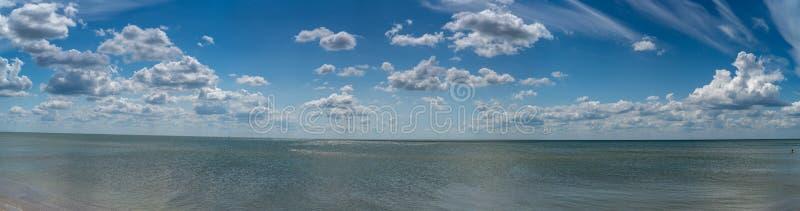 Les nuages blancs flottent dans le ciel au-dessus de la côte photos libres de droits