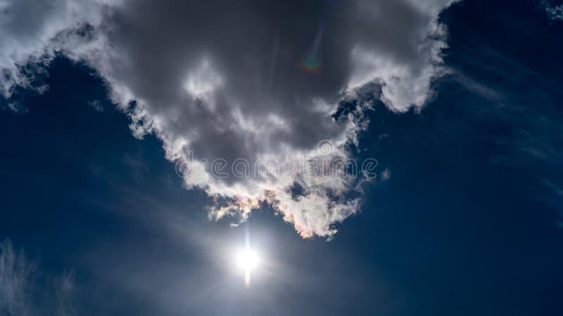 Les nuages blancs flottent dans le ciel au-dessus de la côte photographie stock libre de droits