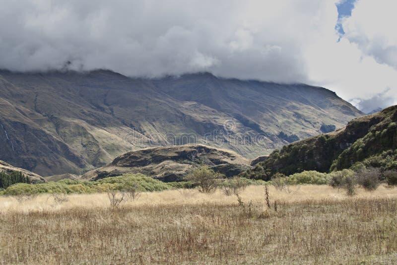 Les nuages cachent les dessus de montagne photos libres de droits