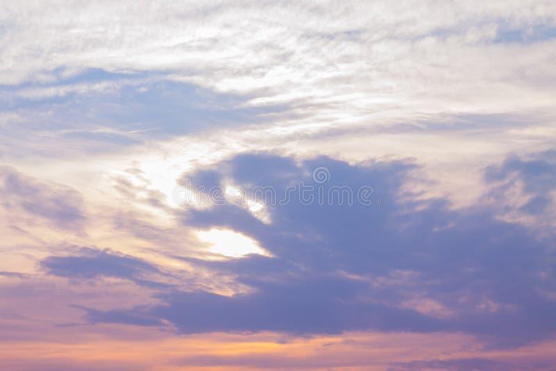 Les nuages dans le ciel photographie stock
