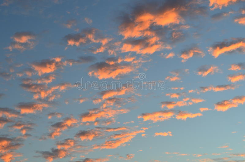 les nuages dans le coucher du soleil aiment le coton photographie stock libre de droits