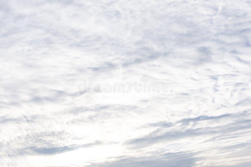 Les nuages de bleu-ciel de contexte de cumulus de nuages de ciel conçoivent images libres de droits