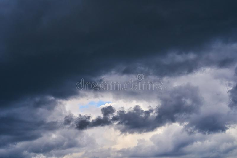Les nuages de pluie dans le ciel nuageux ont couvert le soleil photo libre de droits
