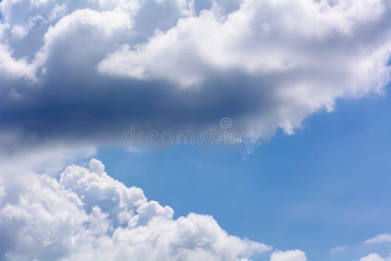 Les nuages de pluie se déplacent image libre de droits