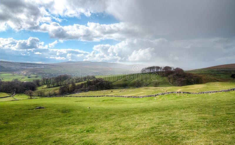 Les nuages de pluie se déplacent dans les terres cultivables finies en Angleterre rurale photo stock