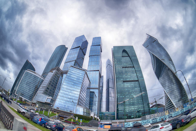 Les nuages de tempête flottant au-dessus des gratte-ciel du centre d'affaires de Moscou et du x28 internationaux ; Moscou-City& x image libre de droits