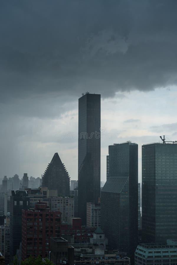 Les nuages de tempête foncés ont recueilli au-dessus de la tour du monde d'atout pendant une tempête images stock